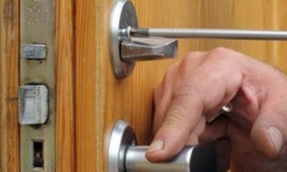 Когда может требоваться замена замка входной двери?